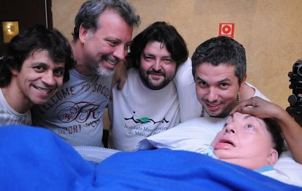 Leide e os músicos Claudio Mendonça, Gustavo Carvalho, Omar Fontes e Elder Costa, ao seu lado. Foto de Claudio Belli.