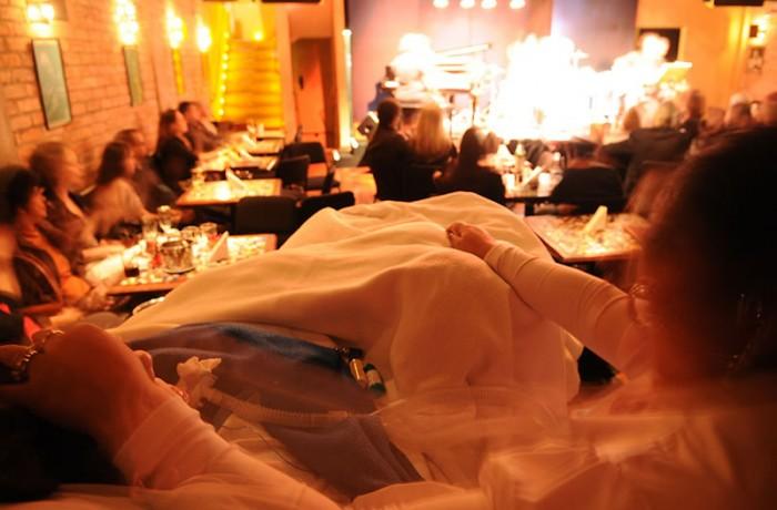 Leide no show de Elder Costa, em 2011, no Tom Jazz, em São Paulo. Foto de Claudio Belli.